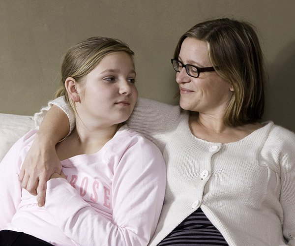 girl-with-mom