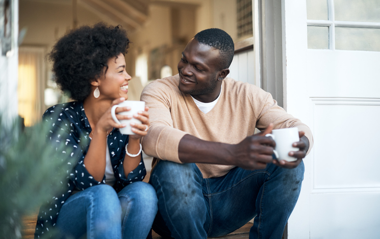 couple-drinking-coffee-on-steps